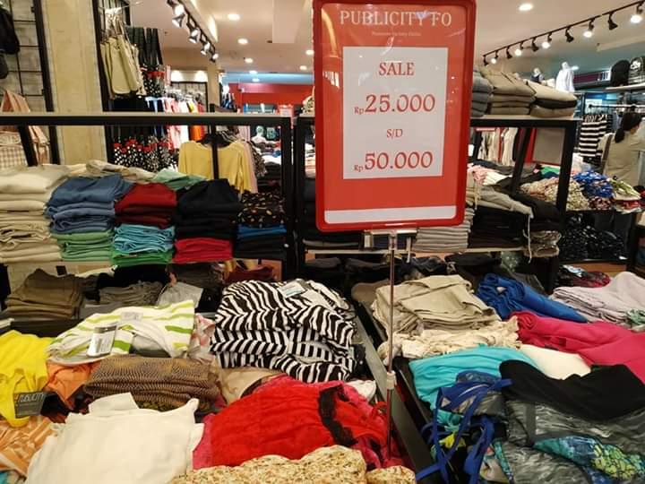 menunjukkan tempat jual branded murah di Mangga Dua Square, factory outlet baju branded murah di Mangga Dua Square, apa aja baju branded murah yang dijual di Mangga Dua Square