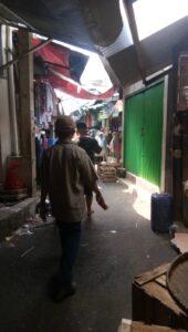jaga jarak di pasar